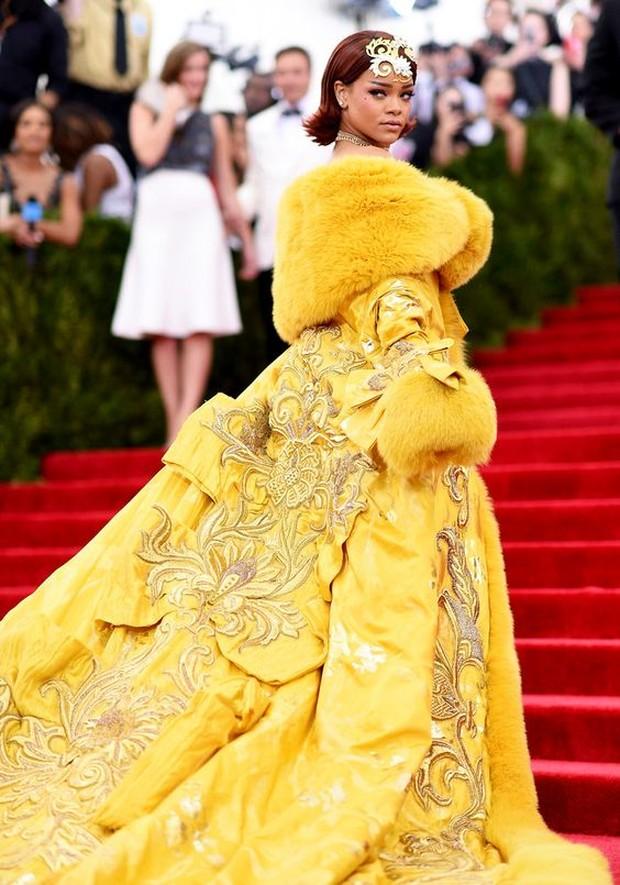 Dress selebriti paling mahal pernah dipakai Rihanna.