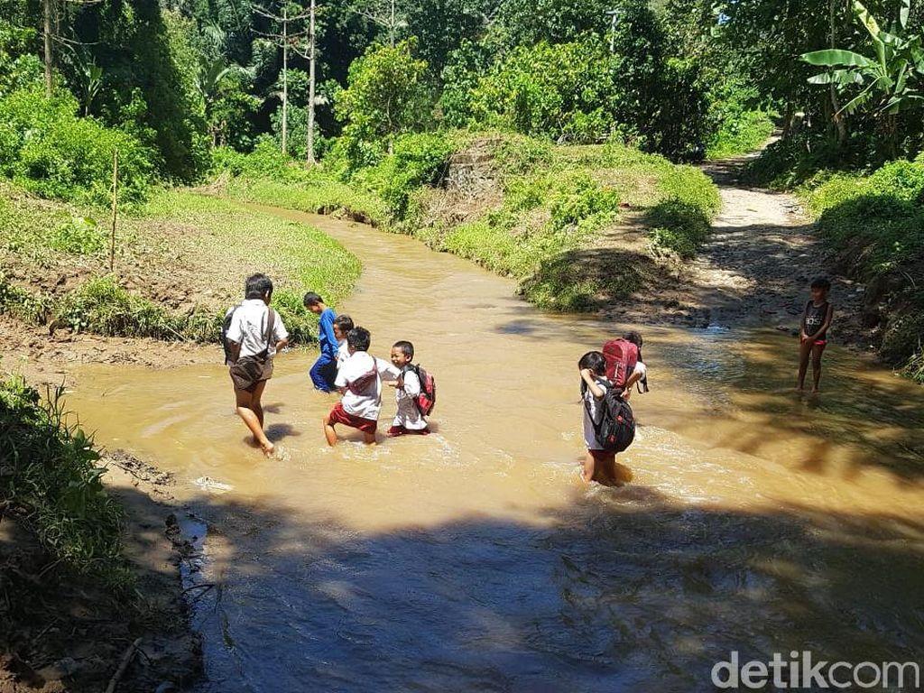 Tak Ada Jembatan Penghubung, Siswa di Sulbar Seberangi Sungai ke Sekolah