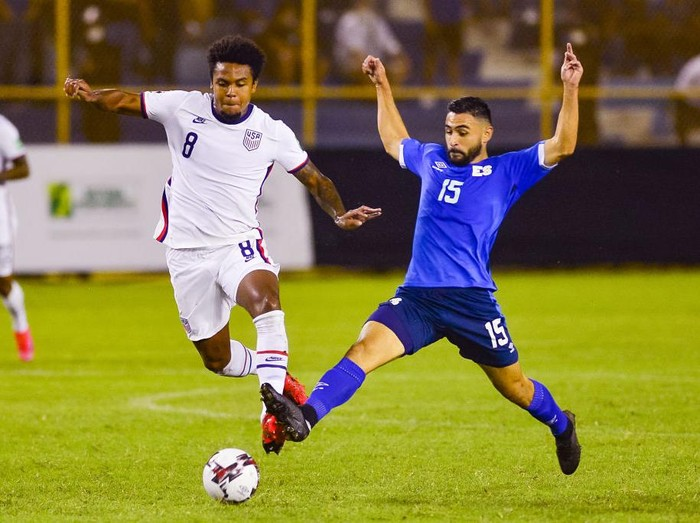 SAN SALVADOR, EL SALVADOR - SEPTEMBER 02: Weston McKennie (L) of the United States and Alex Roldan of El Salvador fight for the ball during a match between El Salvador and the United States as part of the CONCACAF Qualifiers for Qatar 2022 at Estadio Cuscatlán on August 2, 2021 in San Salvador, El Salvador. (Photo by Alex Peña/Getty Images)