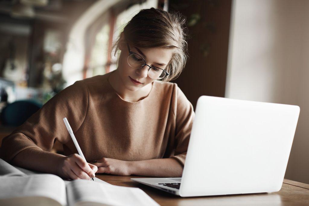 Fokus terhadap satu hal ketika bekerja, hindari multitasking | Foto : freepik/lookstudio