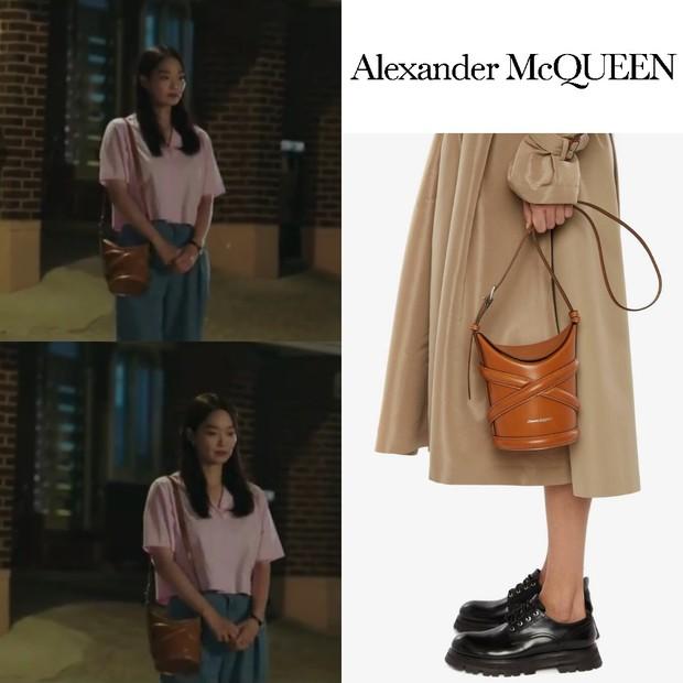 Tas Alexander McQueen Shin Min Ah di 'Hometown Cha-Cha-Cha'