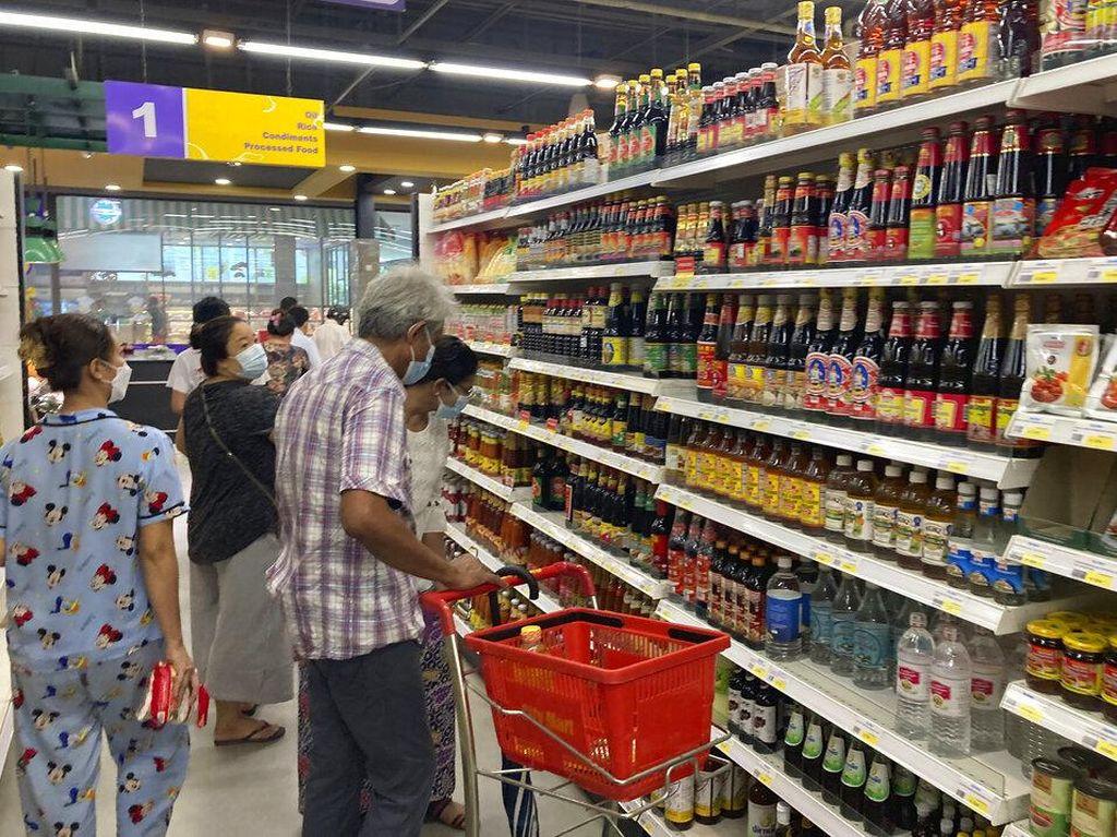 Potret Warga Myanmar Panic Buying Serbu Supermarket!