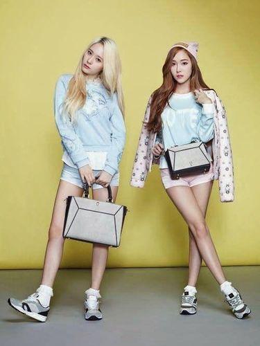 Jung Sisters dalam pemotretan untuk brand Lapalette