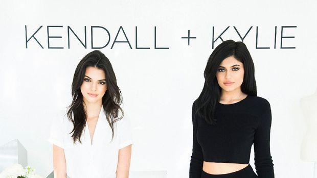 Potret Kendall dan Kylie dalam pemotretan clothing line mereka