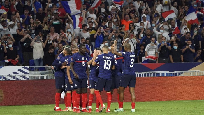 Frances soccer team celebrate after Antoine Griezmann scored his sides second goal during the World Cup 2022 group D qualifying soccer match between France and Finland at Decines stadium in Lyon, France, Tuesday Sept. 7, 2021. (AP Photo/Laurent Cirpiani)