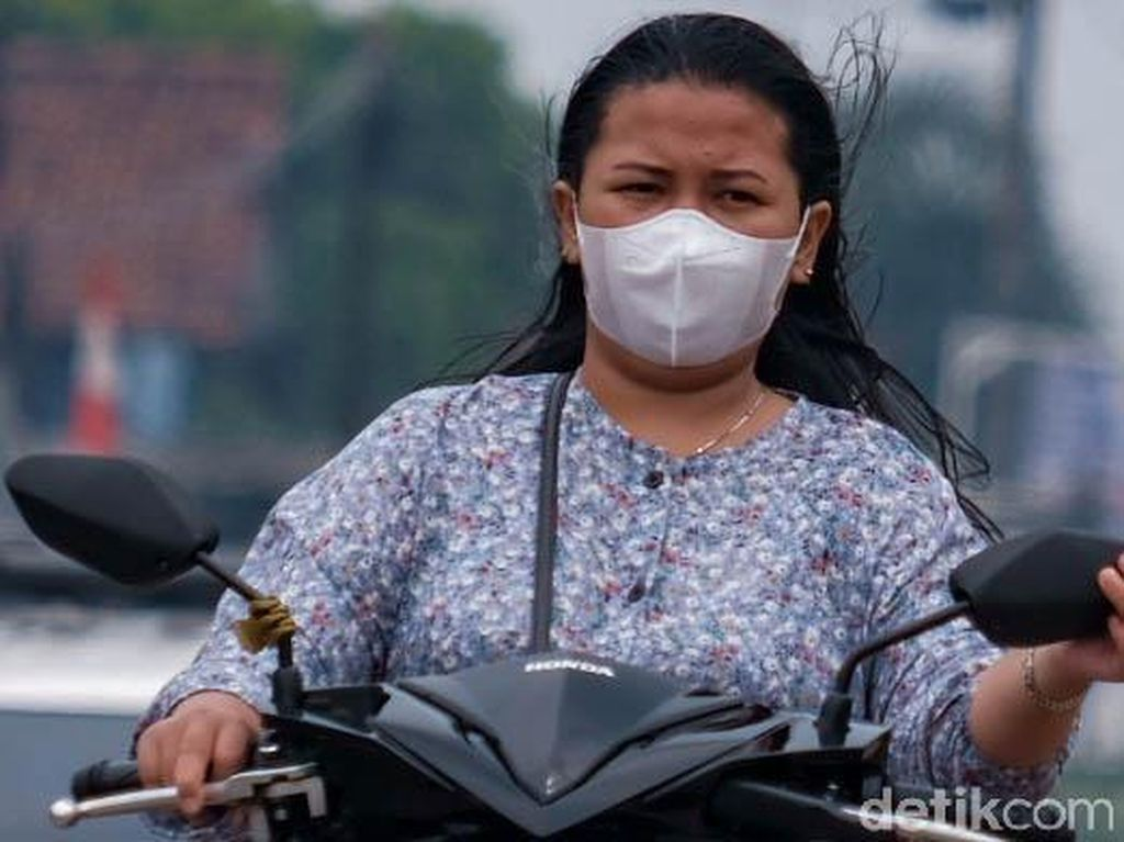 Pemotor Santuy Tak Pakai Helm di Jalan Raya Parung
