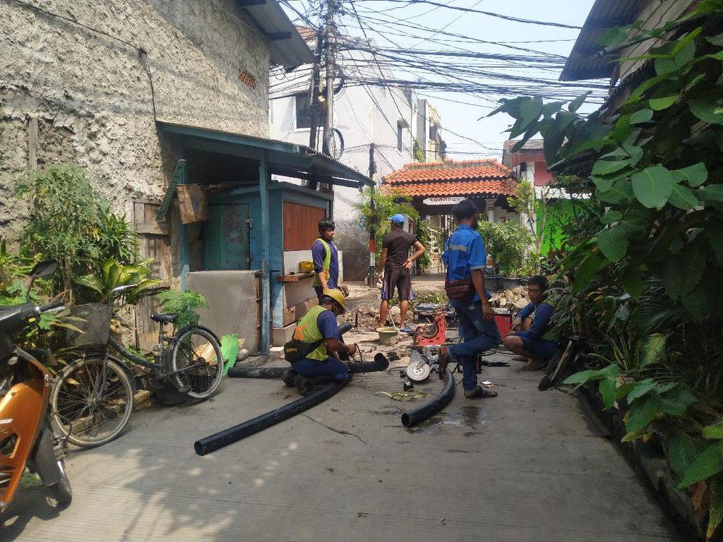 Petugas PAM Cek Pipa Air Jl Pademangan IV Imbas Proyek Gorong-gorong