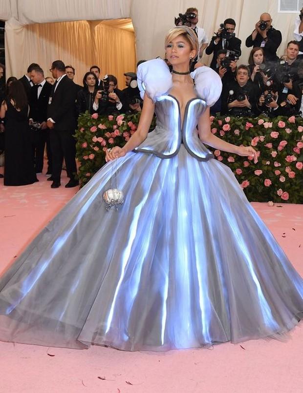 Dress Cinderella dipakai oleh Zendaya.