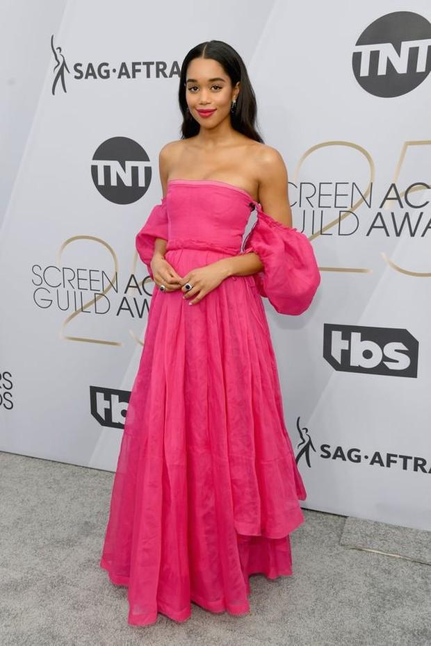 Dress Aurora dipakai oleh Laura Harrier.