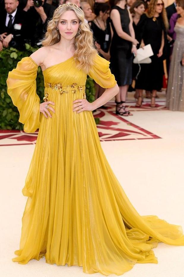 Dress Belle dipakai oleh Amanda Seyfried.