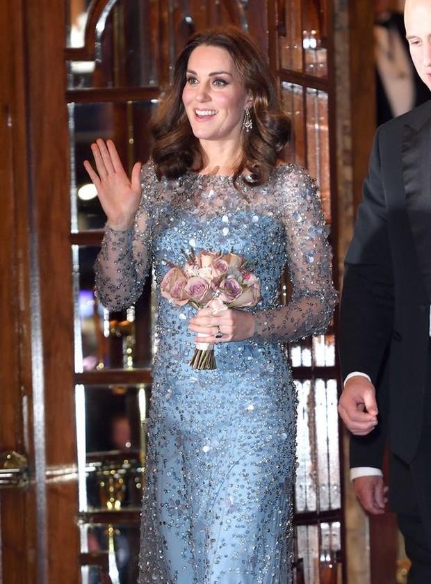 Dress Elsa dipakai oleh Kate Middleton.