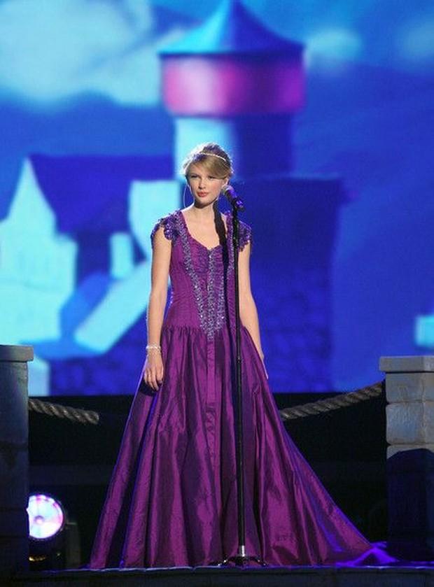 Dress Rapunzel dipakai oleh Taylor Swift.