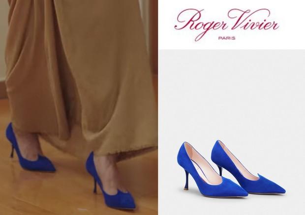 Sepatu heels biru dengan desain cantik yang dipakai Shin Min Ah
