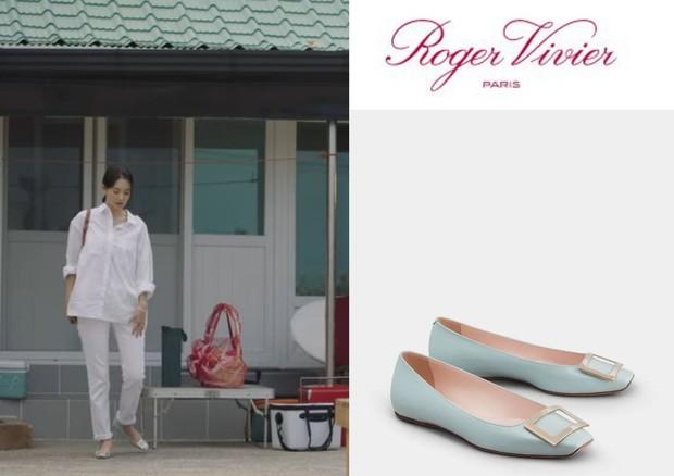 Sepatu Shin Min Ah yang dipakai saat datang ke rumah Hong Du Shik dalam drama Hometown Cha Cha Cha