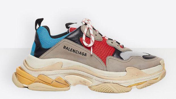 Koleksi perdana sneakers Balenciaga Triple S