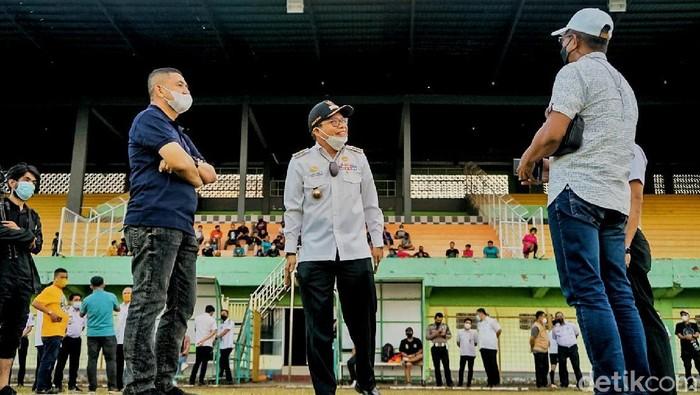 CEO PSM Makassar, Munafri Arifuddin, bersama Wali Kota Parepare, Taufan Pawe, mengunjungi Stadion BJ Habibie di Kota Parepare, Sulawesi Selatan, Rabu 8 September 2021.