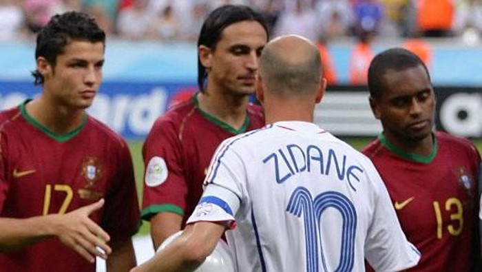 France's captain Zinedine Zidane(10) shakes hands with Portugal's Cristiano Ronaldo(L to R), Fernando Meira and Miguel before the start of the World Cup 2006 semi final football game Portugal vs. France, 05 July 2006 at Munich stadium. France will play the final against Italy 09 July 2006 in Berlin. AFP PHOTO / NICOLAS ASFOURI (Photo by NICOLAS ASFOURI / AFP)