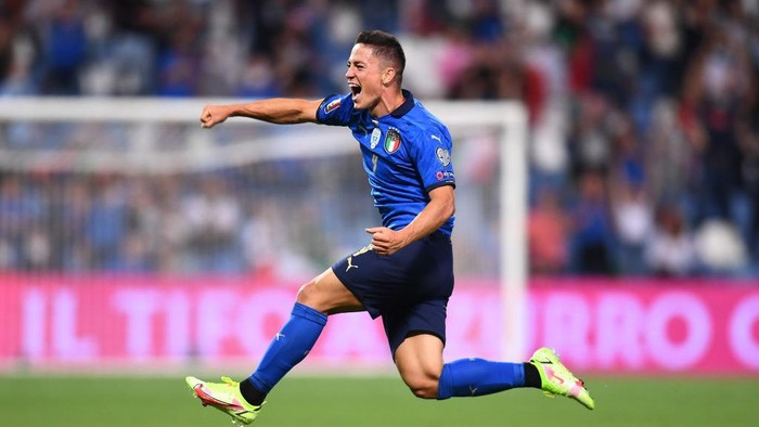 REGGIO NELLEMILIA, ITALY - SEPTEMBER 08:  Giacomo Raspadori of Italy celebrates after scoring the goal during the 2022 FIFA World Cup Qualifier match between Italy and Lithuania at Mapei Stadium - Citta del Tricolore on September 08, 2021 in Reggio nellEmilia, Italy. (Photo by Claudio Villa/Getty Images)