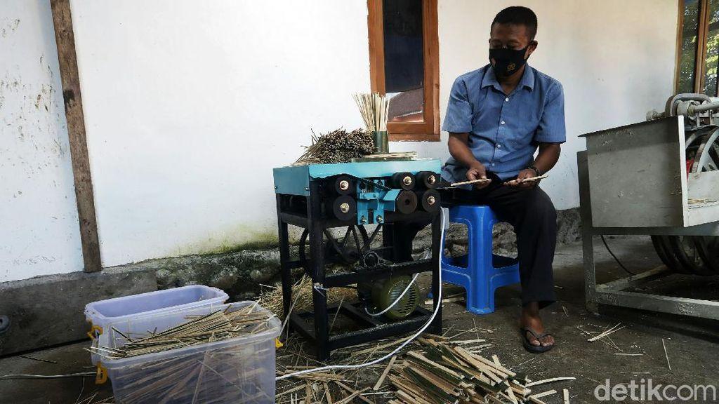 Eks Penambang Ilegal Banting Setir Jadi Perajin Tusuk Sate