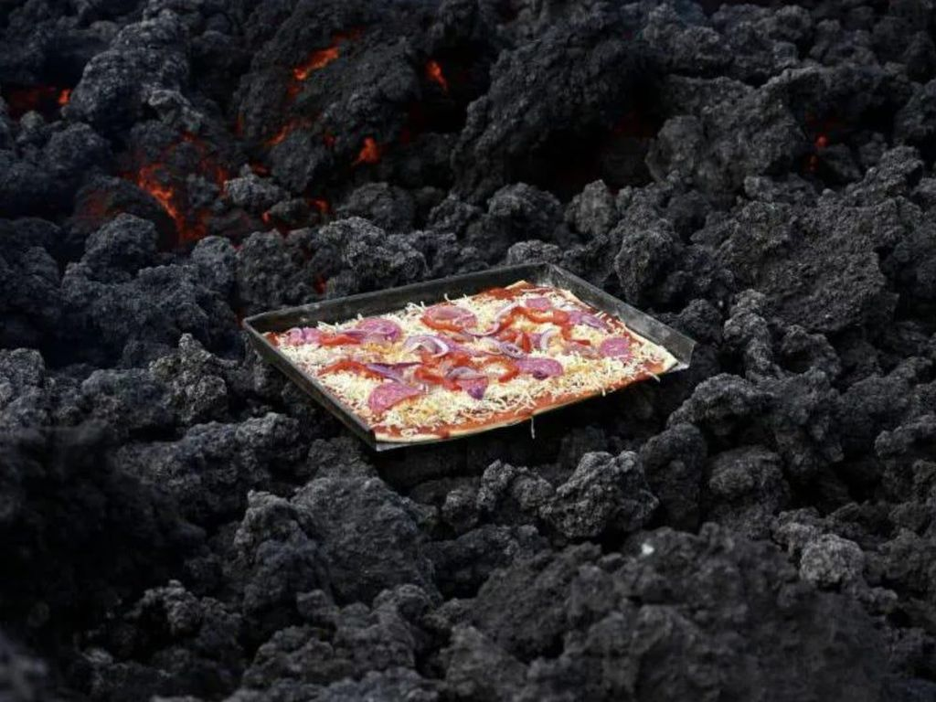 Ekstrem Banget! Pizza Ini Dimasak dengan Lava 1.800 Derajat Celcius