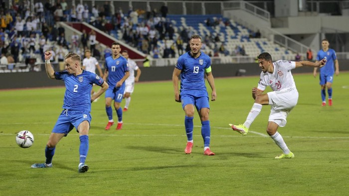 Spains Pablo Fornals, right, scores his sides opening goal during the World Cup 2022 group B qualifying soccer match between Kosovo and Spain, at Fadil Vokrri stadium in Pristina, Kosovo, Wednesday, Sept. 8, 2021. (AP Photo/Visar Kryeziu)
