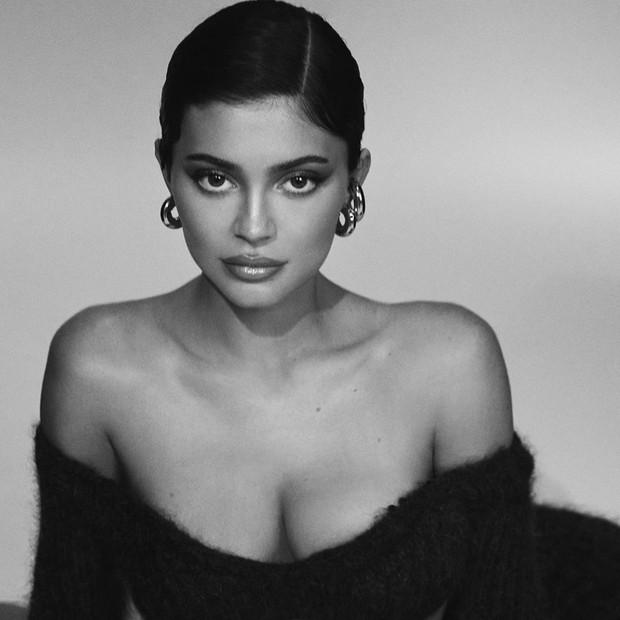 Kylie Jenner adalah public figure yang dikenal karena lifestyle dan kecantikannya.