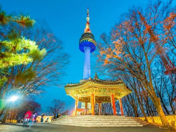 Namsan Tower sudah sangat sering digunakan sebagai tempat syuting drama korea karena pemandangannya yang bagus dan dianggap tempat yang romantis.
