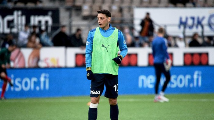 Mesut Ozil of Fenerbahce warms up before the Europa League play-off soccer match between HJK and Fenerbahce in Helsinki, Finland Thursday, Aug. 26, 2021. (Mikko Stig/Lehtikuva via AP)