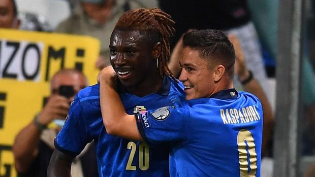 REGGIO NELL'EMILIA, ITALY - SEPTEMBER 08:  Giacomo Raspadori of Italy celebrate with Moise Kean after scoring the goal during the 2022 FIFA World Cup Qualifier match between Italy and Lithuania at Mapei Stadium - Citta' del Tricolore on September 08, 2021 in Reggio nell'Emilia, Italy. (Photo by Claudio Villa/Getty Images)