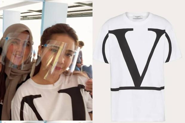 Nagita Slavina Tampak Mengenakan Kaus Putih