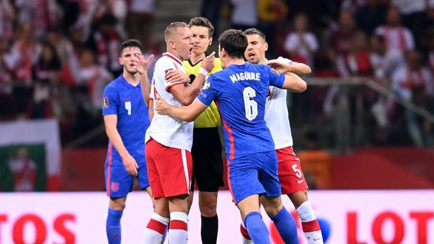WARSAW, POLAND - SEPTEMBER 08:  Harry Maguire of England clashes with Kamil Glik and Jan Bednarek of Poland during the 2022 FIFA World Cup Qualifier match between Poland and England at Stadion Narodowy on September 08, 2021 in Warsaw, Poland. (Photo by Michael Regan/Getty Images)