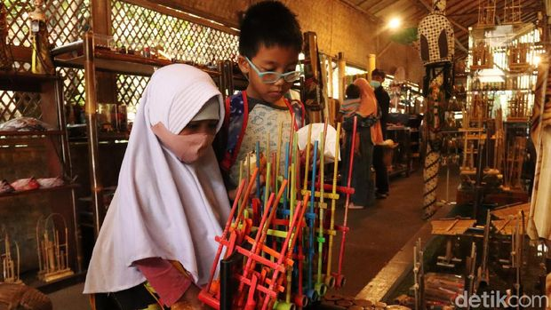 Obyek Wisata Saung Angklung Udjo sudah diperbolehkan dibuka kembali oleh Kemenparekraf RI. Saat ini pihak pengelola masih mempersiapkan fasilitas prokes.