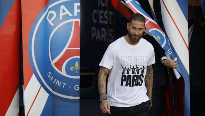 Paris Saint-Germains Spanish defender Sergio Ramos enters the pitch during a presentation ceremony prior to the French L1 football match between Paris Saint-Germain and Racing Club Strasbourg at the Parc des Princes stadium in Paris on August 14, 2021. (Photo by GEOFFROY VAN DER HASSELT / AFP)