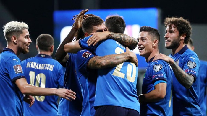 REGGIO NELLEMILIA, ITALY - SEPTEMBER 08: Giovanni Di Lorenzo of Italy celebrates with Bryan Cristante and team mates after scoring their sides fifth goal during the 2022 FIFA World Cup Qualifier match between Italy and Lithuania at Mapei Stadium - Citta del Tricolore on September 08, 2021 in Reggio nellEmilia, Italy. (Photo by Marco Luzzani/Getty Images)