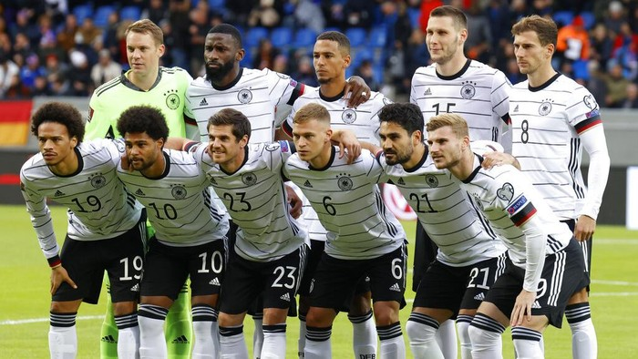 The Germany team pose for a group photo before the World Cup 2022 group J qualifying soccer match between Iceland and Germany in Reykjavik, Iceland, Wednesday Sept. 8. 2021. (AP Photo/Brynjar Gunnarsson)