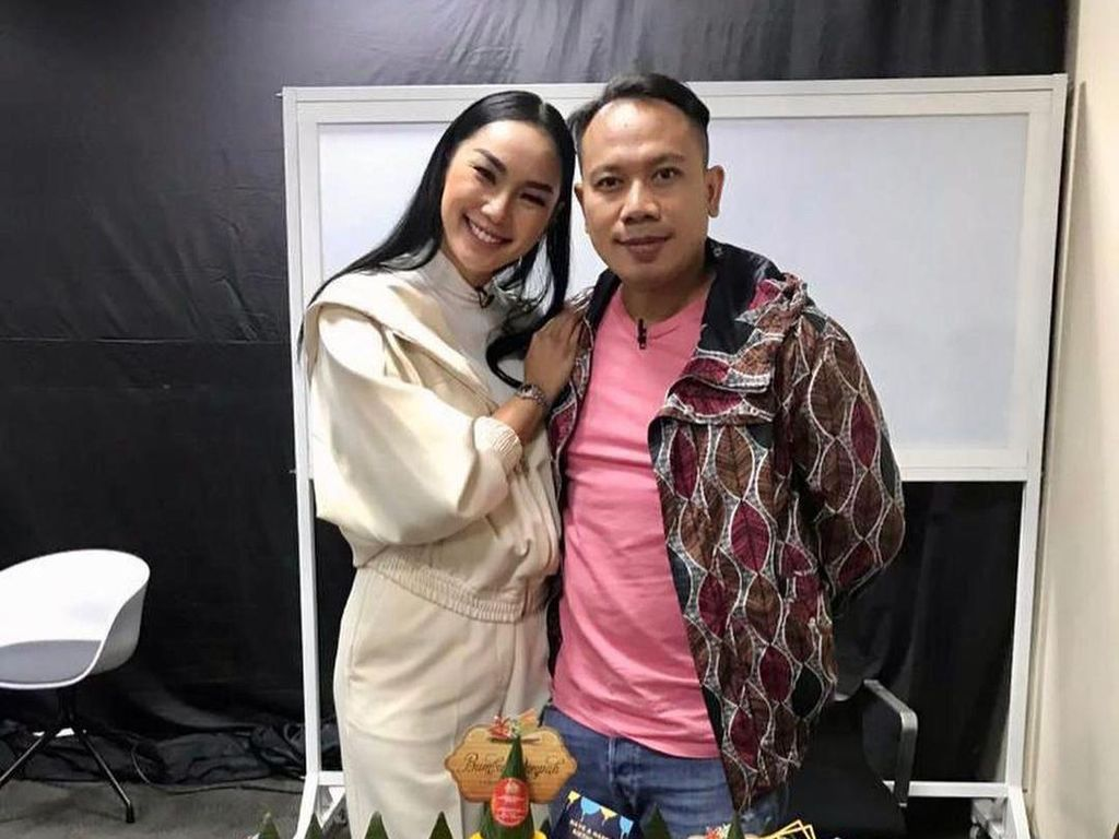 Momen Romantis Vicky Prasetyo dan Kalina Saat Makan Nasi Tumpeng