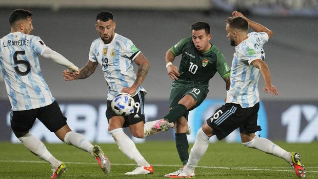Bolivia's Henry Vaca, second right, shoots over Argentina's German Pezzella, right, Nicolas Otamendi (19) and Nahuel Lucero, left, during a qualifying soccer match for the FIFA World Cup Qatar 2022, in Buenos Aires, Argentina, Thursday, Sept. 9, 2021. (AP Photo/Natacha Pisarenko, Pool)