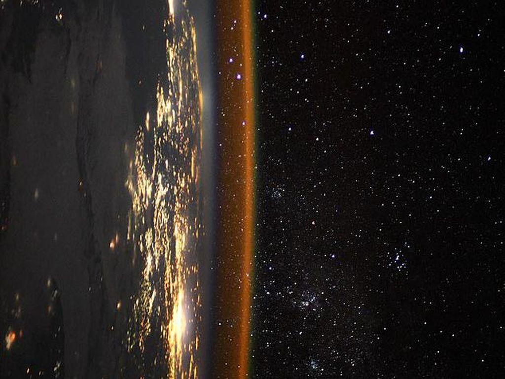Foto Tepi Bumi Spektakuler Dijepret dari Antariksa