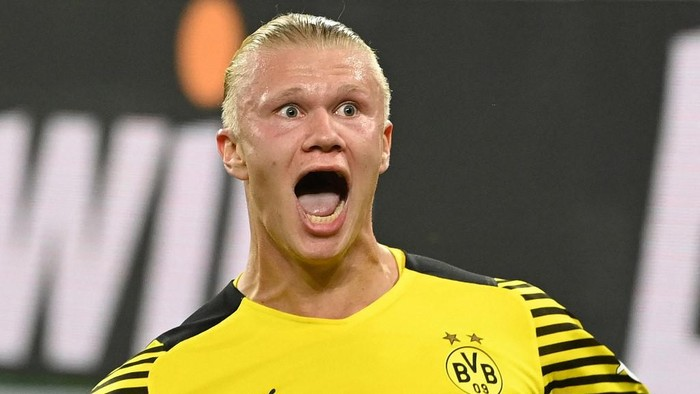 Dortmunds Norwegian forward Erling Braut Haaland celebrates scoring the 3-2 goal during the German first division Bundesliga football match between Borussia Dortmund and TSG 1899 Hoffenheim in Dortmund, western Germany, on August 27, 2021. (Photo by Ina Fassbender / AFP) / DFL REGULATIONS PROHIBIT ANY USE OF PHOTOGRAPHS AS IMAGE SEQUENCES AND/OR QUASI-VIDEO