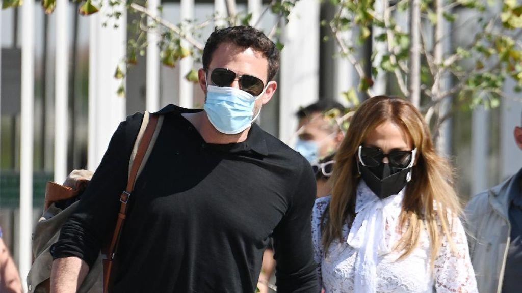 7 Potret Terbaru Jennifer Lopez Bersama Ben Affleck, Makin Mesra