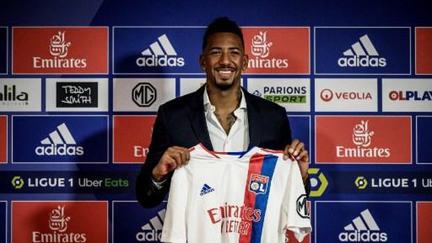 Olympique de Lyon (OL) French L1 football club's new recruit German defender Jerome Boateng poses with his jersey at the end of his official presentation at the Groupama Stadium in Decines-Charpieu near Lyon, southeastern France, on August 25, 2021. - Former Bayern Munich's defender Jerome Boateng joined Ligue 1 side Lyon after his contract with the German giants expired. Boateng, 32, a World Cup winner with Germany in 2014, has agreed a two-year deal with the French side. (Photo by JEFF PACHOUD / AFP)