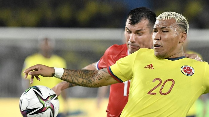 BARRANQUILLA, COLOMBIA - SEPTEMBER 09: Roger Martínez of Colombia competes for the ball with Gary Medel of Chile during a match between Colombia and Chile as part of South American Qualifiers for Qatar 2022 at Estadio Metropolitano on September 09, 2021 in Barranquilla, Colombia. (Photo by Gabriel Aponte/Getty Images)