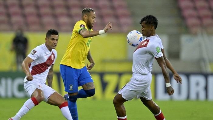 RECIFE, BRAZIL - SEPTEMBER 09: Neymar Jr. of Brazil fights for the ball with Renato Tapia of Peru during a match between Brazil and Peru as part of South American Qualifiers for Qatar 2022 at Arena Pernambuco on September 09, 2021 in Recife, Brazil. (Photo by Pedro Vilela/Getty Images)