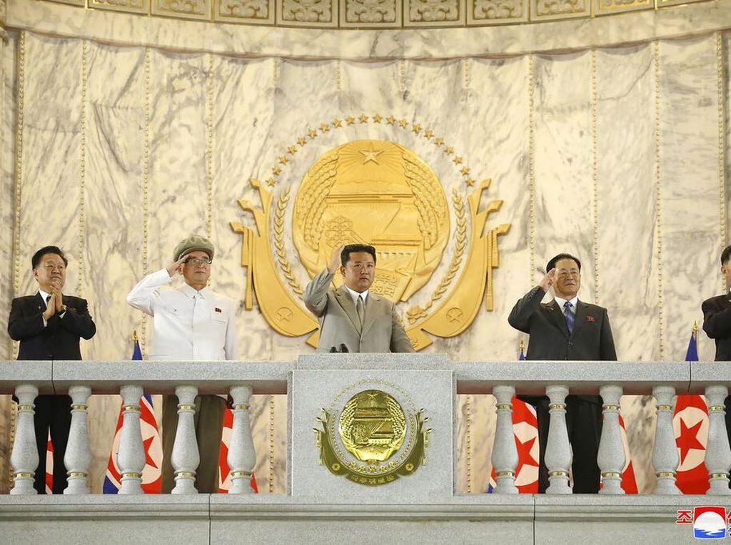 Menyusut Badan Kim Jong-Un Disorot saat Parade Militer Korut