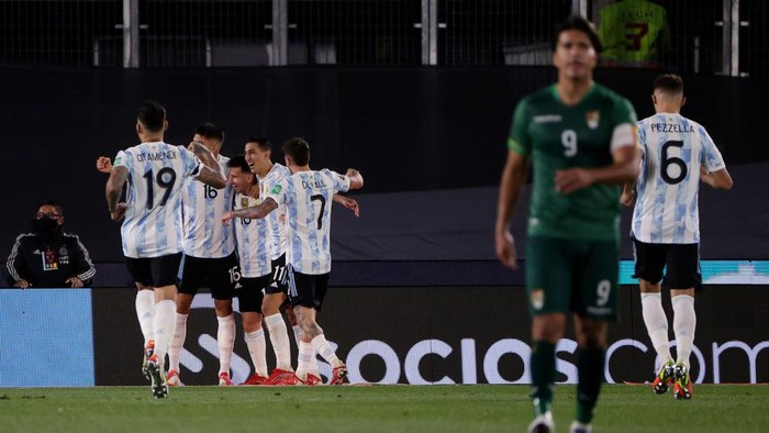 BUENOS AIRES, ARGENTINA - SEPTEMBER 09: Lionel Messi of Argentina celebrates with teammates after scoring the second goal of his team during a match between Argentina and Bolivia as part of South American Qualifiers for Qatar 2022 at Estadio Monumental Antonio Vespucio Liberti on September 09, 2021 in Buenos Aires, Argentina. (Photo by Juan I. Roncoroni - Pool/Getty Images)