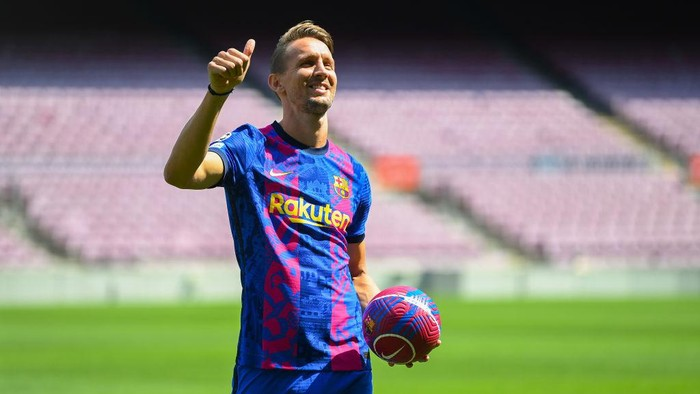 BARCELONA, SPAIN - SEPTEMBER 09: Luuk de Jong reacts whilst posing for a photograph as he is presented as a Barcelona player at Camp Nou Stadium at Camp Nou on September 09, 2021 in Barcelona, Spain. (Photo by David Ramos/Getty Images)