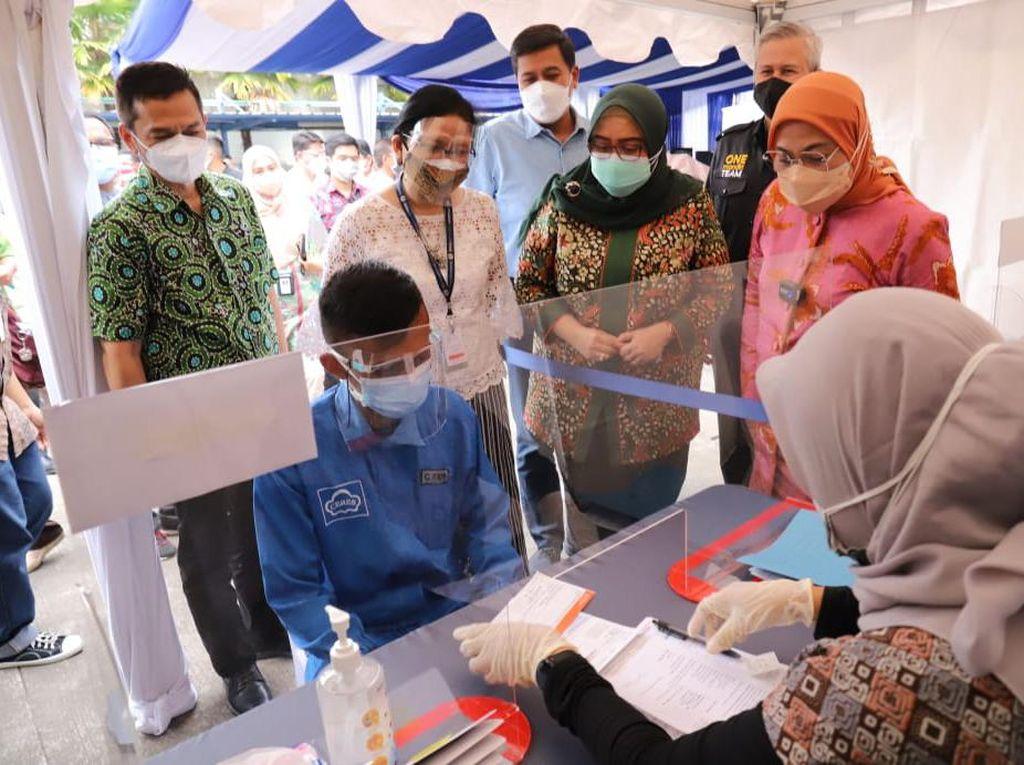 Menaker Tinjau Pembuatan Rekening Kolektif Penerima BSU di Bandung