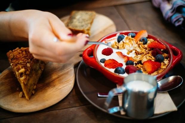 Menjaga pola makan dan memenuhi nutrisi otak untuk tingkatkan daya ingat/Foto: pexels/Flo Dahm