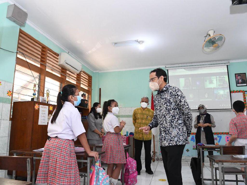 Tinjau Sekolah Tatap Muka di Jaktim, Nadiem: Saya Sangat Gembira