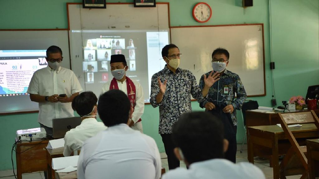 Potret Gembira Nadiem Tinjau Sekolah Tatap Muka di Jakarta Timur